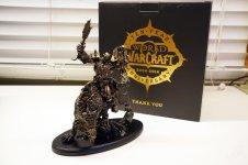 World-of-Warcraft-10-Jahres-Geschenk-Orc-Statue-und-Karton.jpg